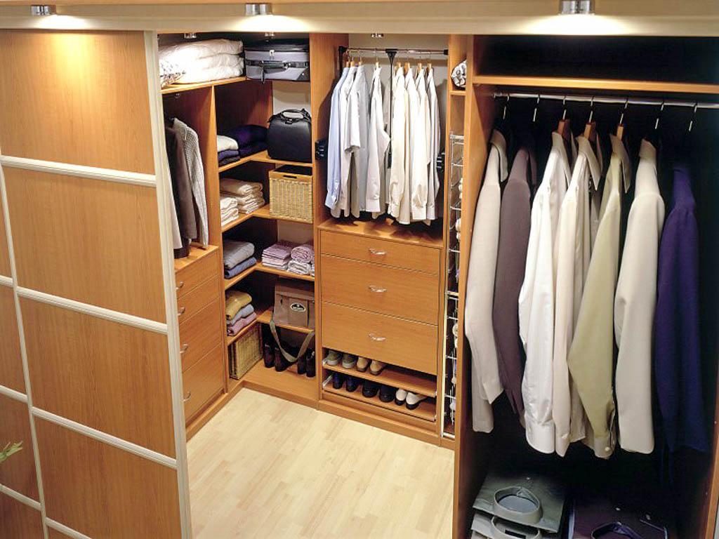 Двери для гардеробной комнаты: особенности выбора и установк.